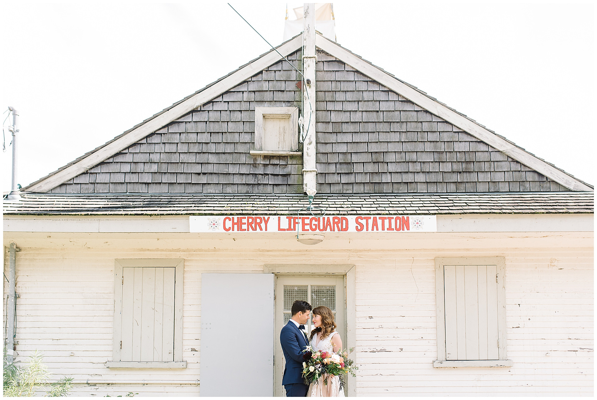 wedding-couple-cherry-beach-lifegaurd-station-beach-wedding