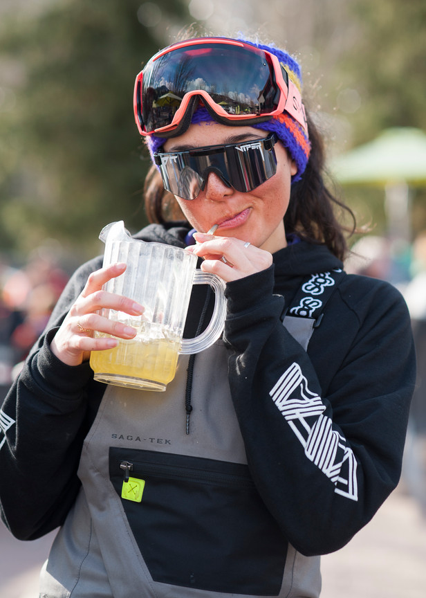 girl-in-pit-vipers-goggles-at-apres-ski