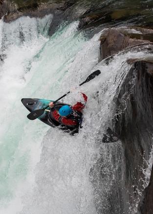 kayaker-flips-over-waterfall-huckfest-cheakamus-river-whistler