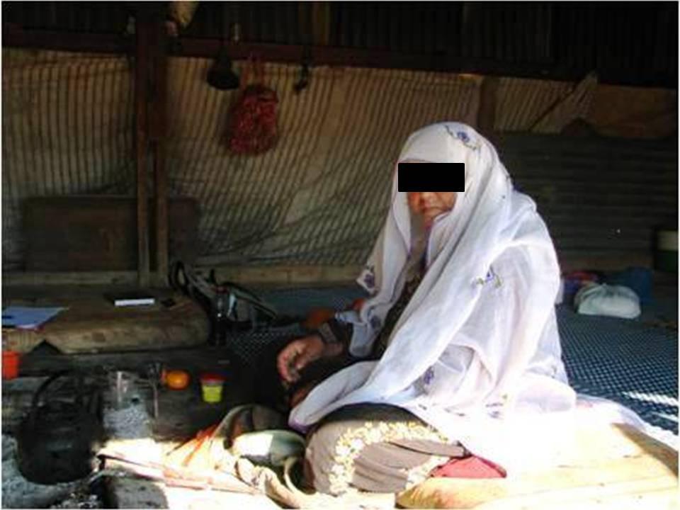 מרפאה מסורתית בערישה (חדר האירוח לנשים) מסביב לאש