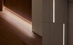 Встроенная подсветка делает интерьер легким