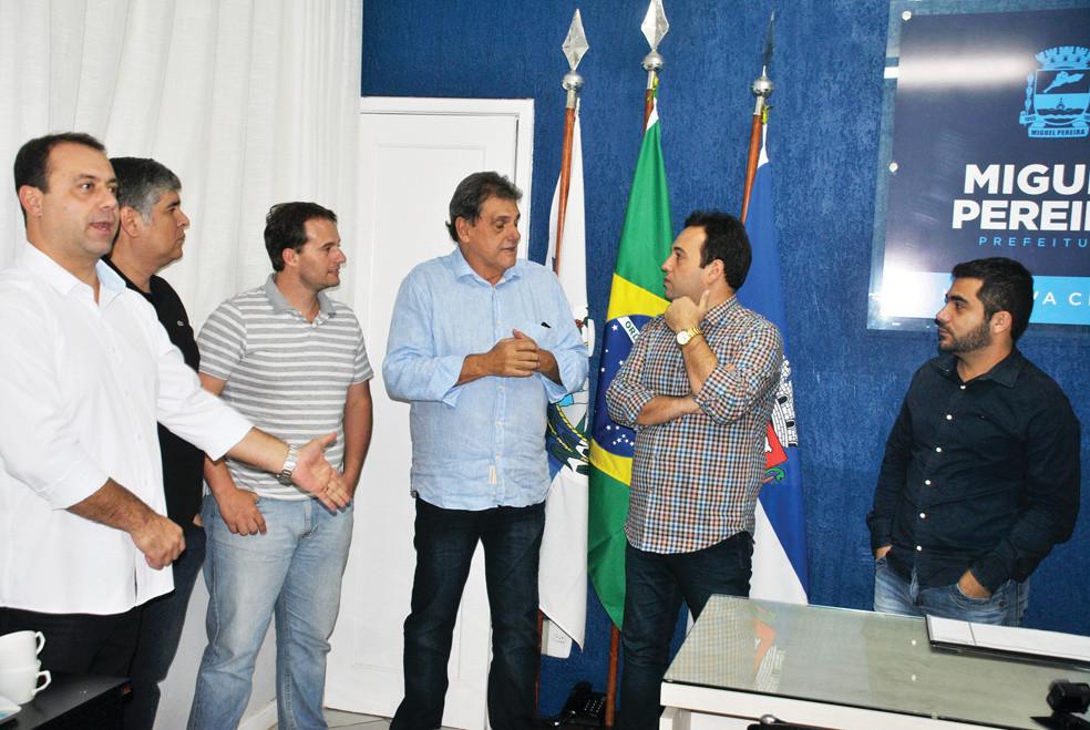 Marco Capute com o prefeito André Português