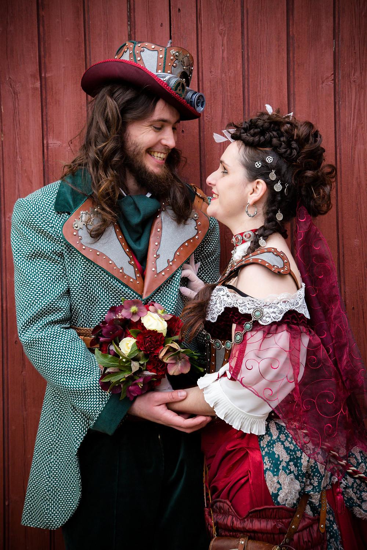 Couple de mariées steampunk devant un château. Robe et costume steampunk. Wedding planner atypique pour mariage original