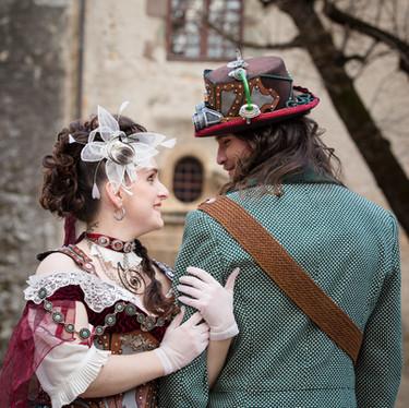 Couple de mariés atypique devant un château.