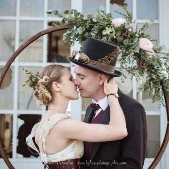 Arche fleurie pour un mariage steampunk