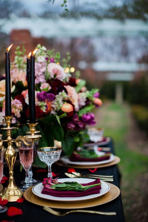 Décoration de table de mariage rock et coloré. Centre de table avec compositions florale et bougies noires. Wedding planner pour mariage originaux.