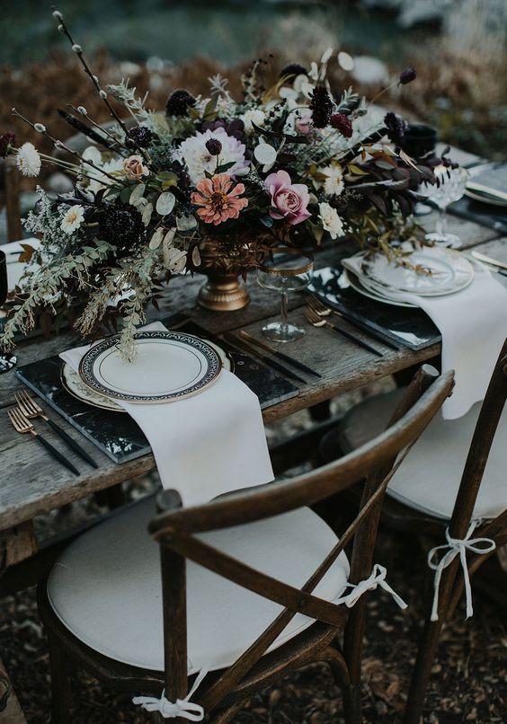 Décoration de table de mariage rock et bohème avec un centre de table fleuri. Wedding planner pour mariage originaux et insolites.