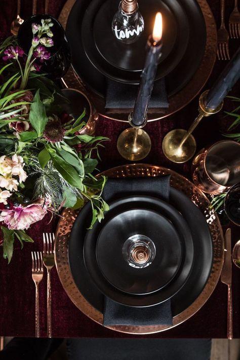 Décoration de table de mariage bordeaux, noir et doré dans un style rock chic. Wedding planner atypique pour mariages originaux et insolites