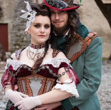 Couple de mariés steampunk dans un château