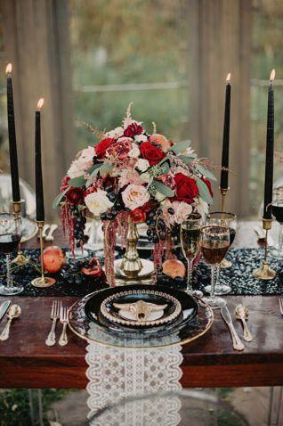 Décoration de mariage entre le bohème et le rock. Centre de table fleuri et décoration avec des bougies noires et des macramés. Wedding planner pour mariages atypiques et insolites.