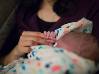 These are the hands of a midwife | Bowling Green, Glasgow KY, Nashville TN Doula and Birth Photograp