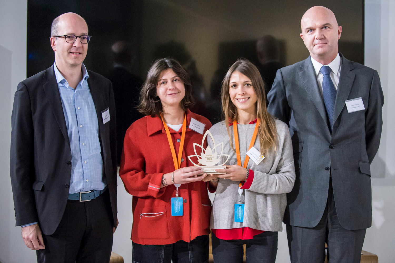 """Award de la Jeune Pousse 2018 remis par Alban Jarry, membre du jury et Hubert d'Alverny à l'entreprise """"Botaki""""  photo: Corinne Simon"""
