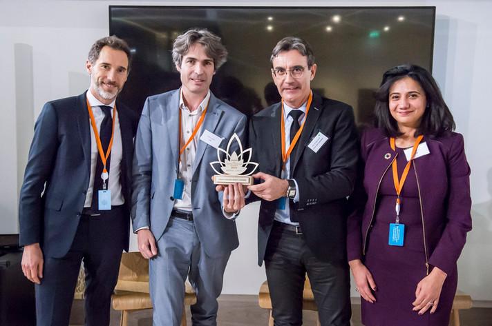 """Awards du """"Produit Financier Altruiste 2018"""" remis par la membre du jury Louisa Renoux à la SCPI """"Pierval Santé"""" et son association bénéficiaire, """"l'ICM"""".  photo: Corinne Simon"""