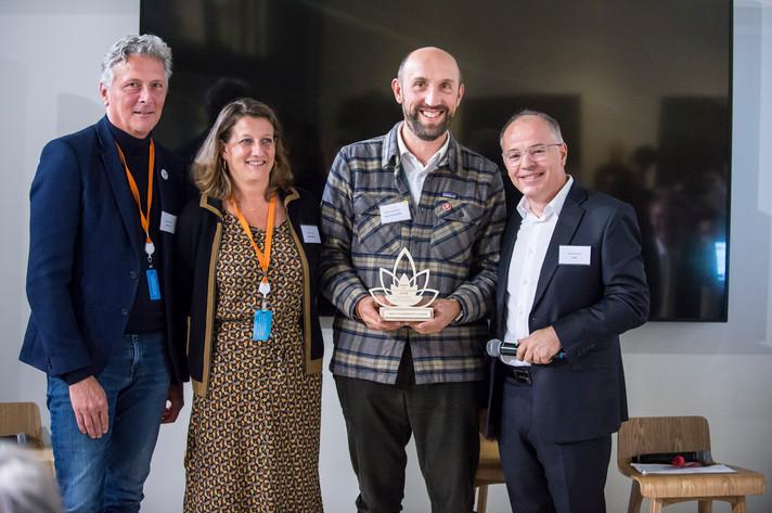 """Award de l'Excellence Altruiste 2018 remis par Vincent Auriac, président d'Axylia, à l'entreprise """"Nature & Découvertes""""et son association bénéficiaire """"Planète Mer""""  photo: Corinne Simon"""