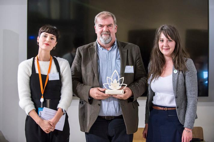 """Award du Pionnier de la Finance Altruiste 2018, remis par Tifenn André d'ADMICAL à l'entreprise """"La Nef"""" et son association bénéficiaire """"ZeroWaste France""""  photo: Corinne Simon"""