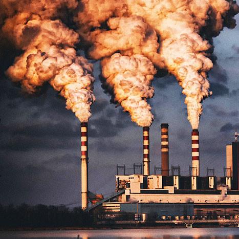 Cheminées fumantes d'une centrale à charbon