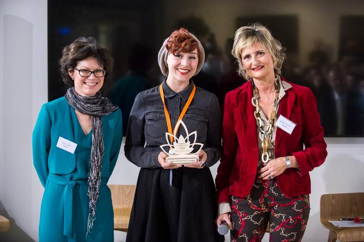 """Award de l'innovation Altruiste 2018 remis par Véronique Di Benedetto à l'entreprise """"les Franjynes"""", accompagnée par son association bénéficiaire """"Unicancer""""  photo: Corinne Simon"""