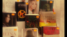 Gálora en el escaparate de una librería