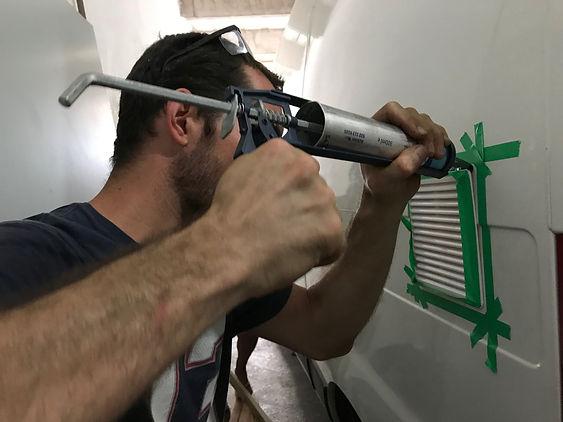 Aplicando a cola PU para fixação da grade de ventilação