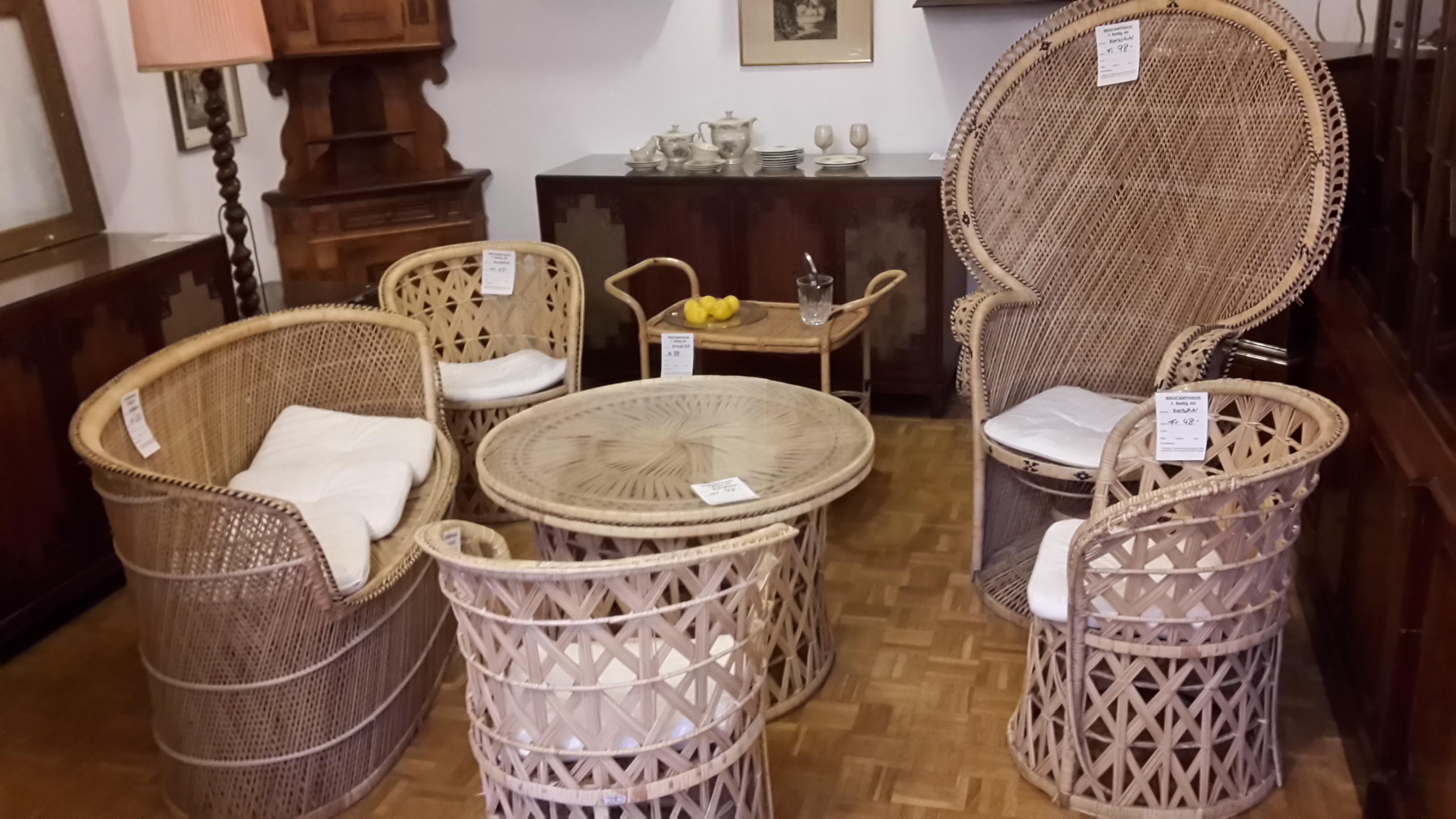Antiquitäten, Tisch und Stühle