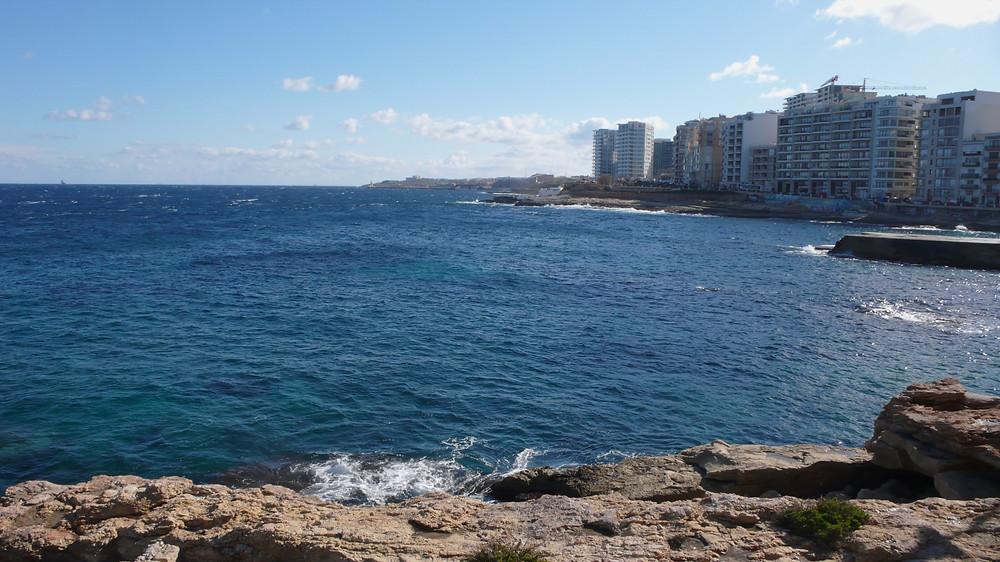 マルタ ホテル前の海