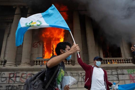 Guatemala, incendiato il Parlamento: sospeso il decreto contestato