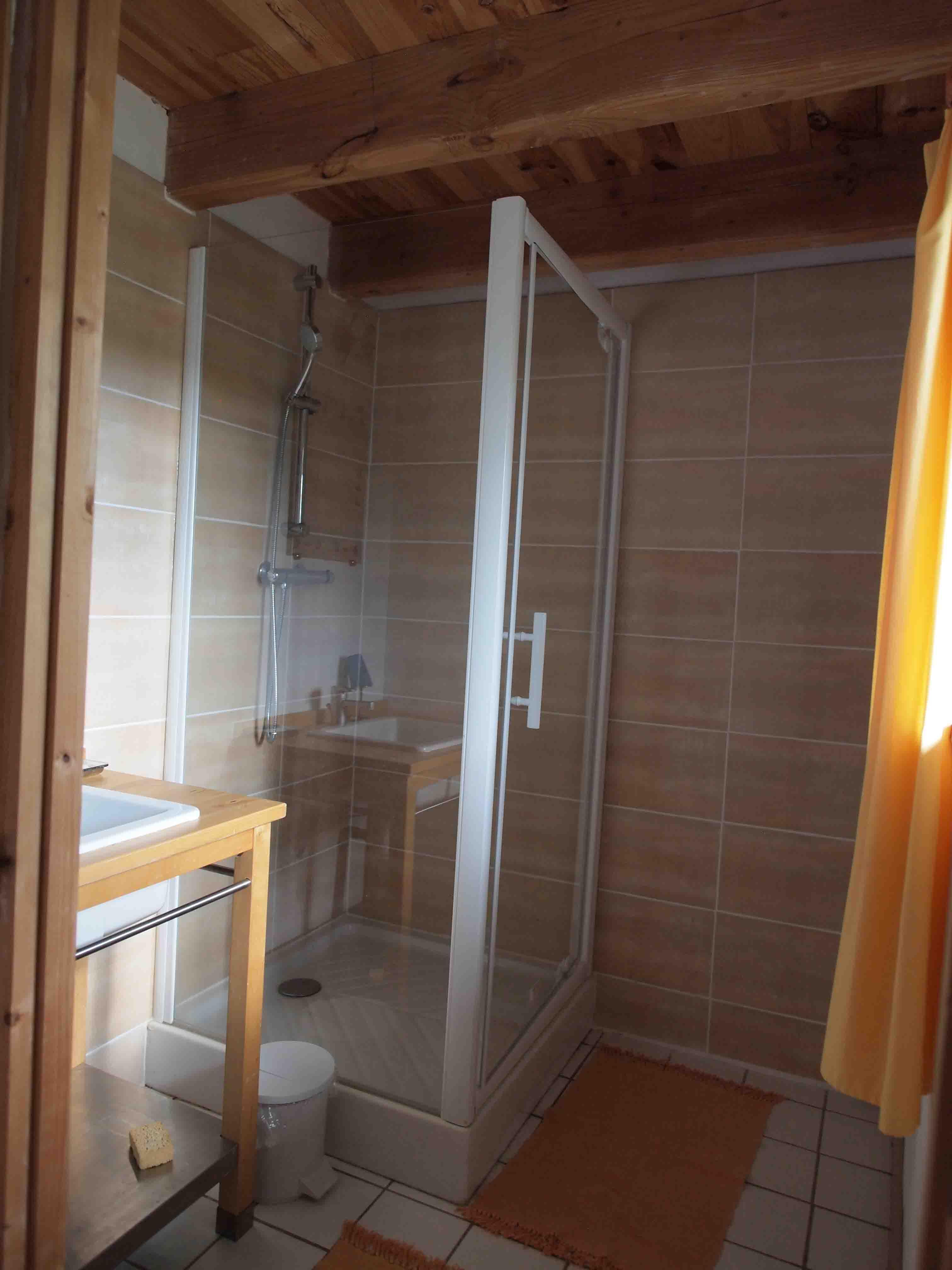 la salle de bain de la chambre 1