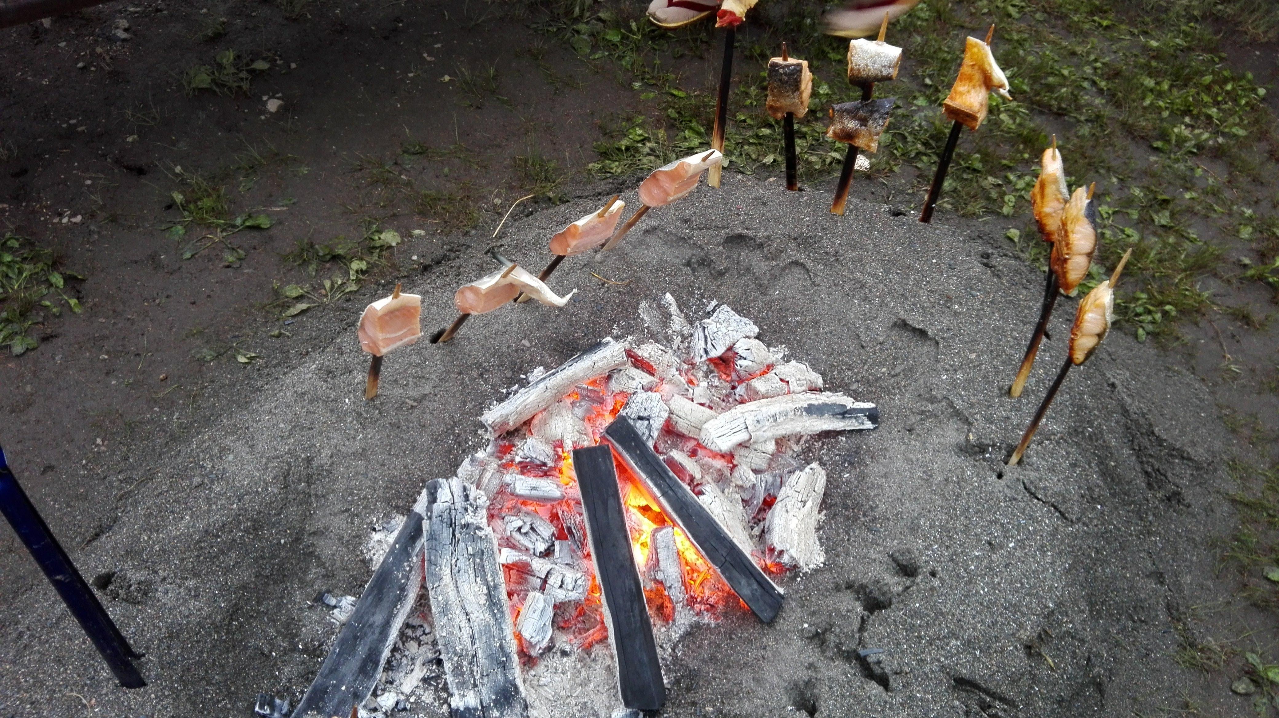 魚は串に刺し砂の囲炉裏で焼いていました