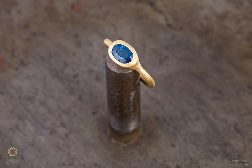 18k gold ring with blue Sapphire gemstone