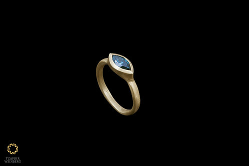 18k gold ring with a blue Marquise diamond