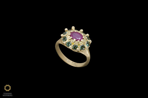 18k Gold ring with central Ruby, roundingyellowdiamonds & green gems