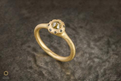 18k Gold ring with 0.20ct yellow diamond and black diamonds around