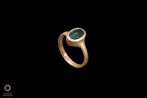 18k gold ring with anEmerald gem
