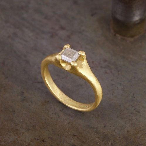 18k Gold ring with 0.25ct gray princess diamond