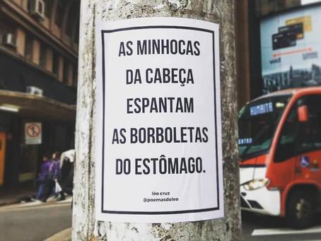 Os poemas que invadiram as ruas de Porto Alegre, agora também estarão em um livro.