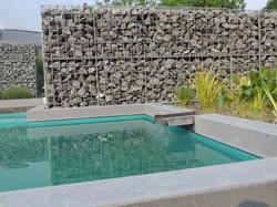 Steenkorf aan zwembad