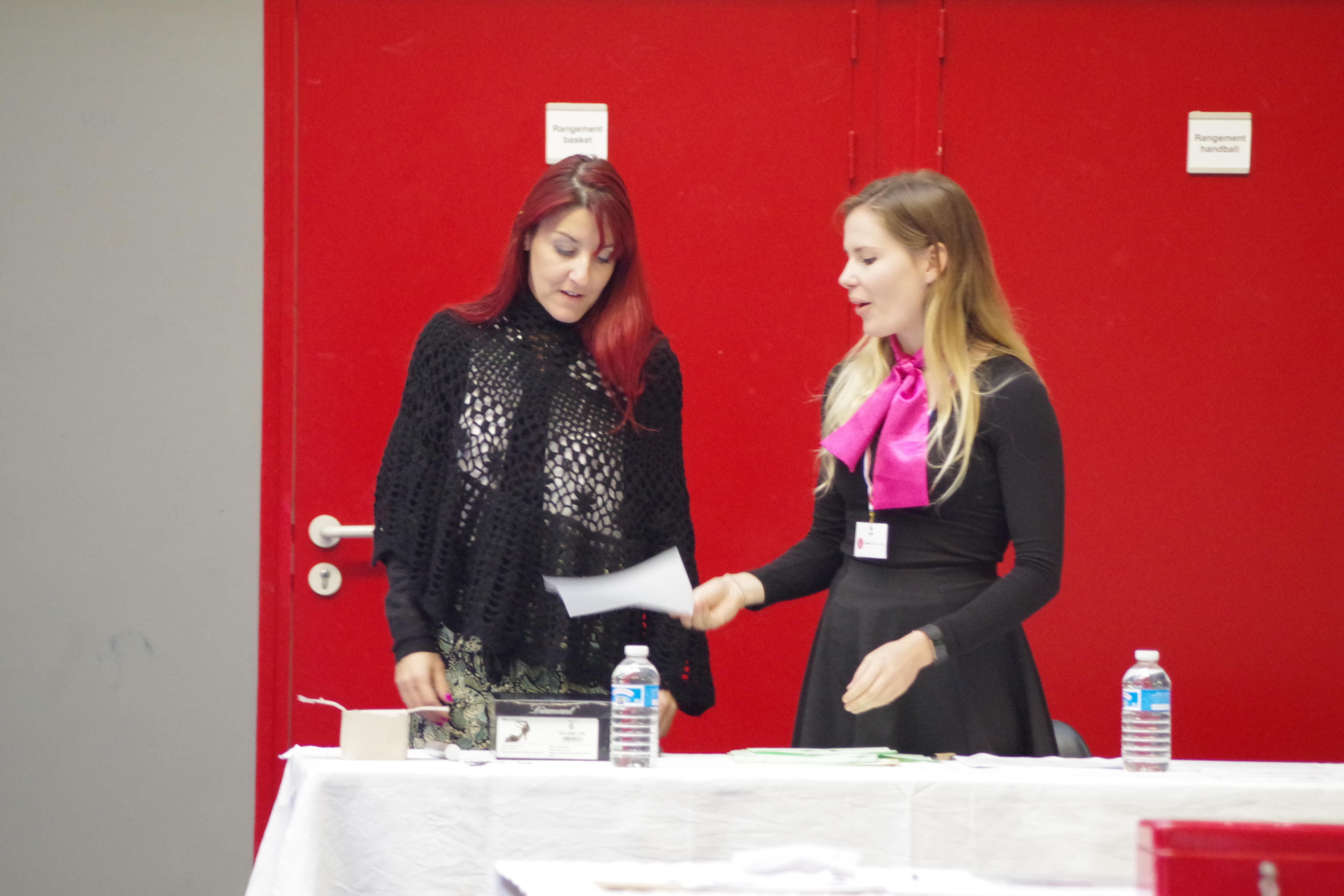 Aline, juge et Flora, bénévole