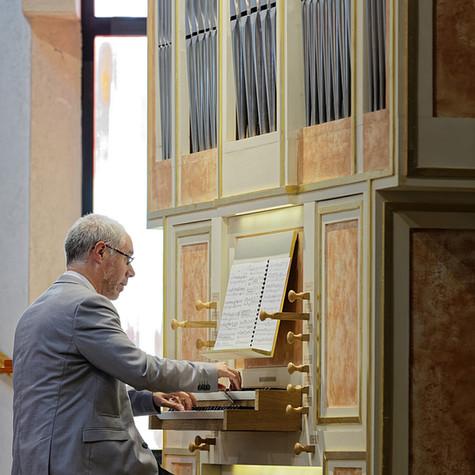 L'organiste Mickaël Gaborieau en l'église Sainte-Bernadette-du-Kreisker