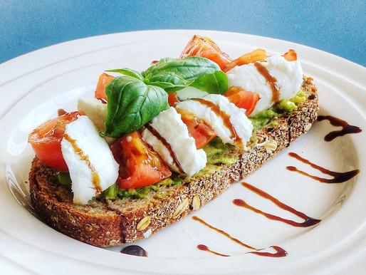 Toast met avocado, tomaat en mozzarella