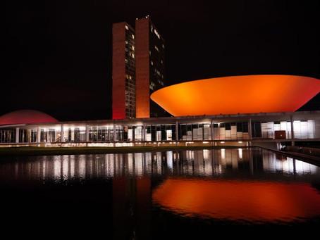 Câmara recebe iluminação laranja em apoio à campanha contra o câncer de pele