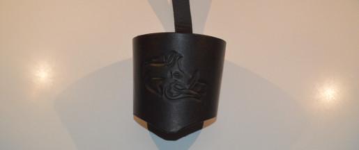 Porte-gobelet en cuir avec un repoussage de sanglier brun foncé