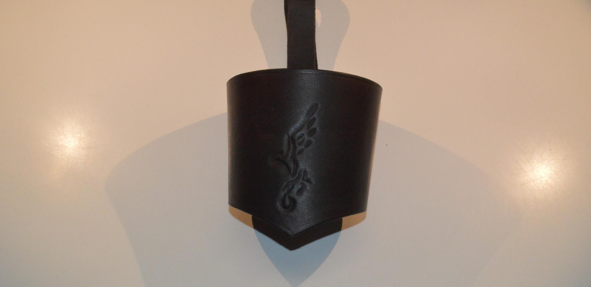 Porte-gobelet en cuir avec un repoussage d'oiseau brun foncé