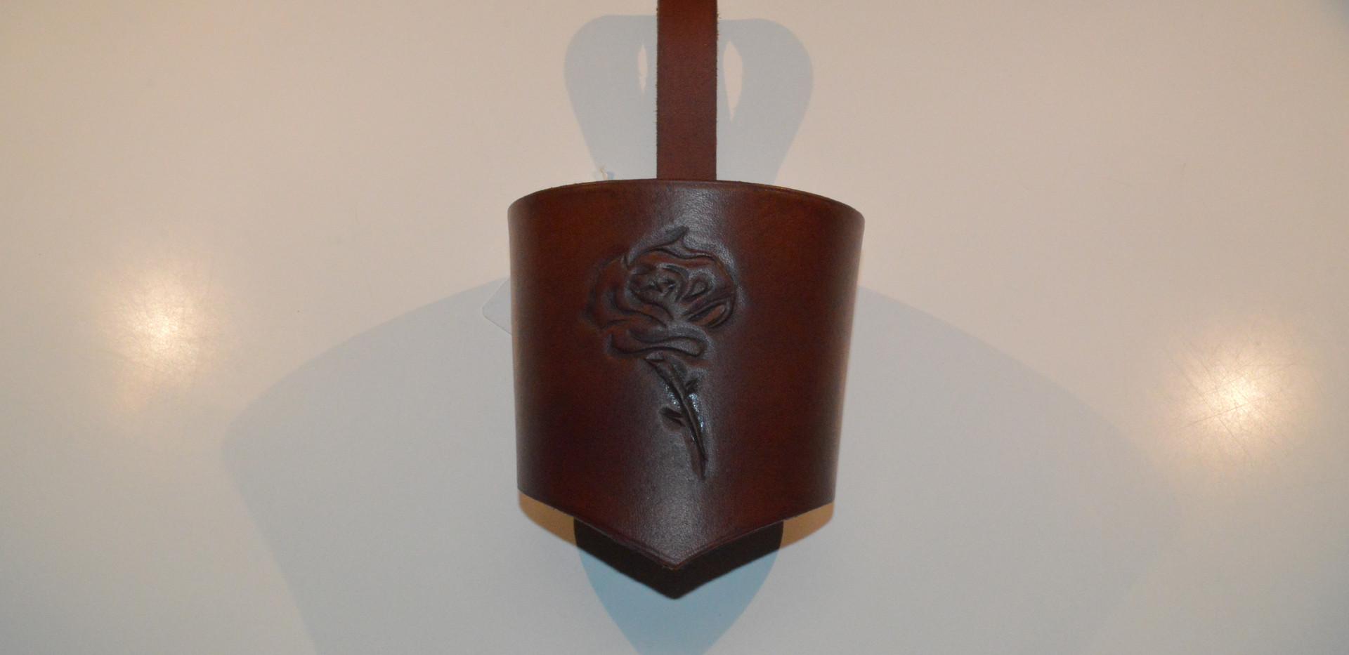 Porte-gobelet en cuir avec un repoussage de rose brun clair