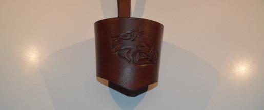 Porte-gobelet en cuir avec un repoussage de sanglier brun clair
