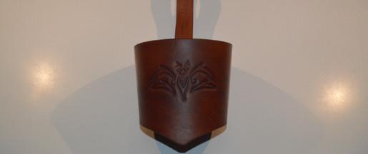Porte-gobelet en cuir avec un repoussage de chauve-souris brun clair