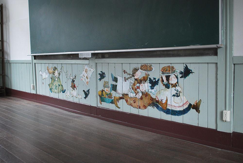 谷小学校の壁に描いたジーくんとタルト泥棒の絵