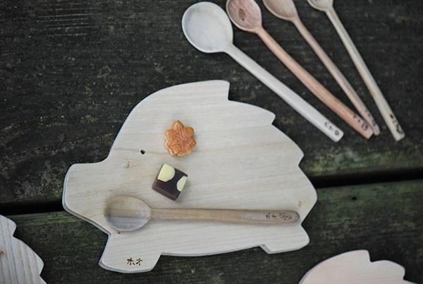 朴の木のスプーンといのしし型トレイ