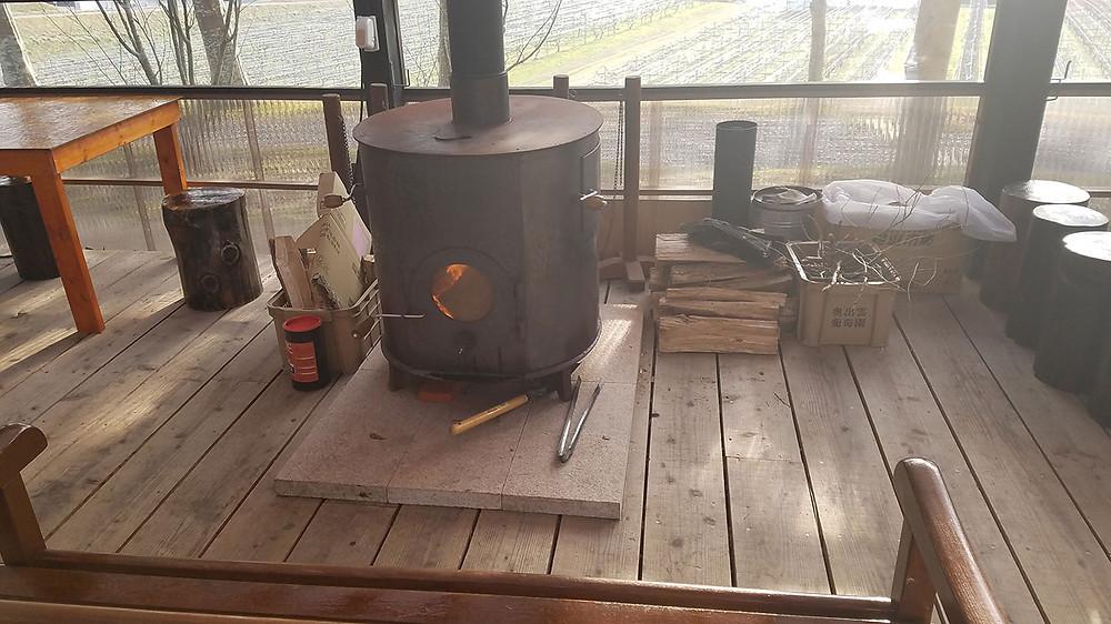 庭カフェの中のストーブ