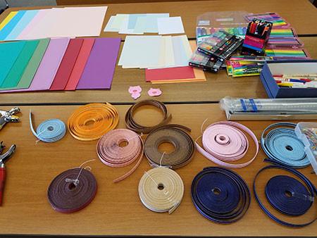 材料のクラフトテープや色紙