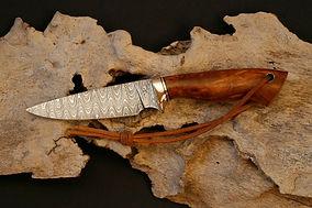 Jagdmesser aus Damaststahl in klassicher Jagdmesserform -Klinge 12 cm mit Lederriemen und Wellenmuster